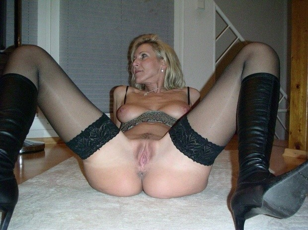 Cock-starved mature lady ready to sex ...