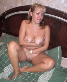 Middle-aged blonde shows her great body - homemade porn