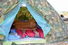 Dois novinhos fodendo no acampamento