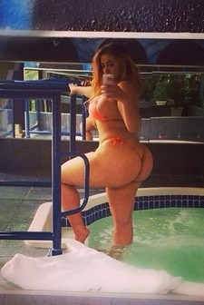 See this amateur teen loves to get pose naked while taking a sexy selfie.She is so hot..