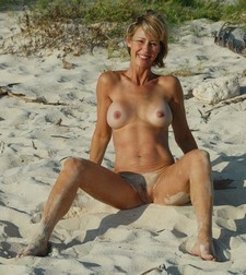 Free amateur porn - hot blonde spreading legs on the beach